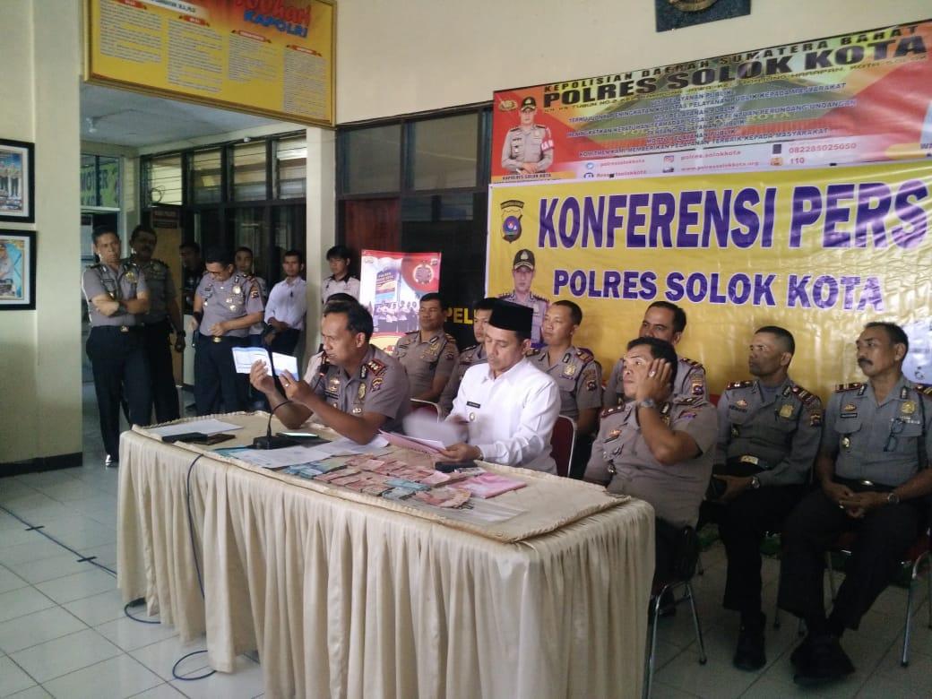 Konferensi pers Polres Solok Kota terkait Operasi Tangkap Tangan (OTT) Kepala Sekolah SMK N 2 Kota Solok, Rabu 5 September 2018. Foto : Fernandez