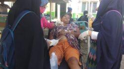 Relawan melakukan perawatan terhadap warga yang mengalami luka saat peristiwa Gempabumi Donggala, Sulawesi Tengah, Jumat (28/9/2018)