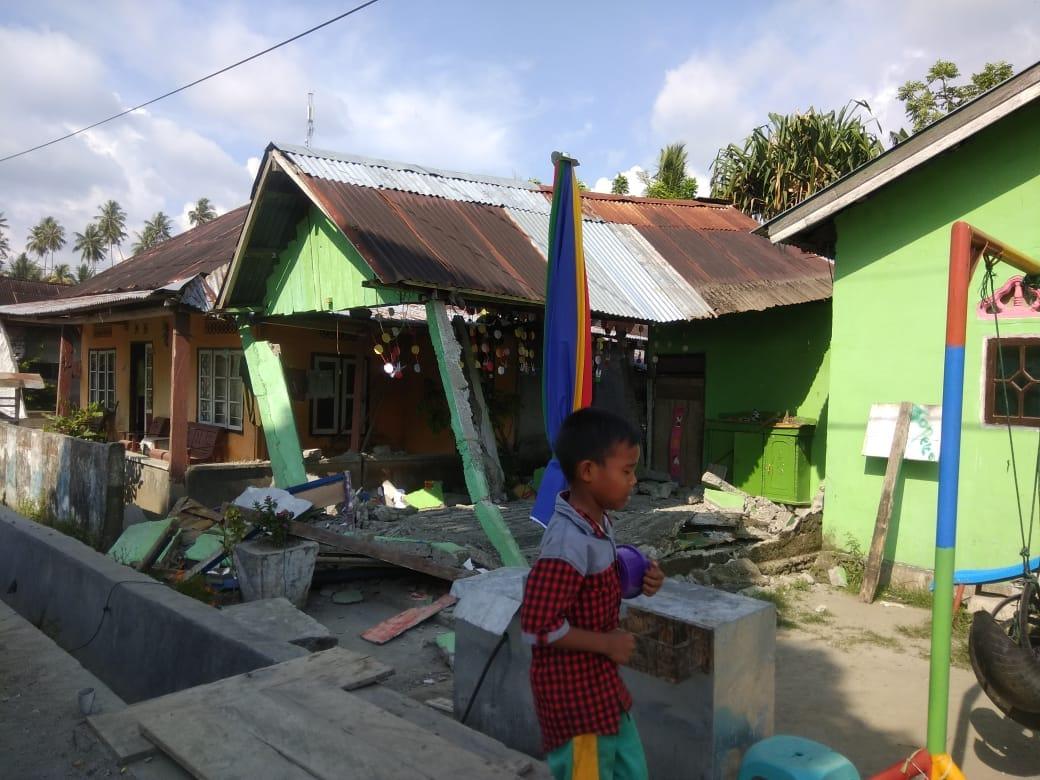 Seorang anak melintas di reruntuhan bangunan saat Gempabumi di Donggala, Sulawesi Tenggah. Dok. BNPB.