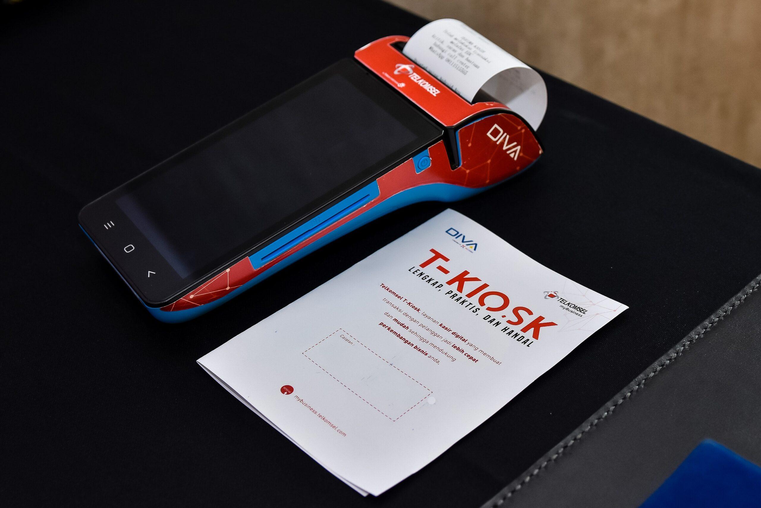 Aplikasi T-Kiosk_3: Untuk proses pembayaran selain dapat menggunakan digital payment dari Telkomsel yaitu TCASH, T-Kiosk ini juga dilengkapi dengan fasilitas pembayaran non tunai baik untuk Debit Card maupun Credit Card, Contactless Card untuk kartu e-money, QR Payment, serta dapat mengeluarkan struk sebagai bukti pembayaran atas transaksi. Oleh karena itu, T-Kiosk dapat menjadi solusi penjualan yang lengkap, praktis dan handal bagi pelanggan segmen SME.