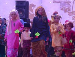 Fashion Show Pakaian Minang Saisuak Hebohkan Pasar Van Der Capellen