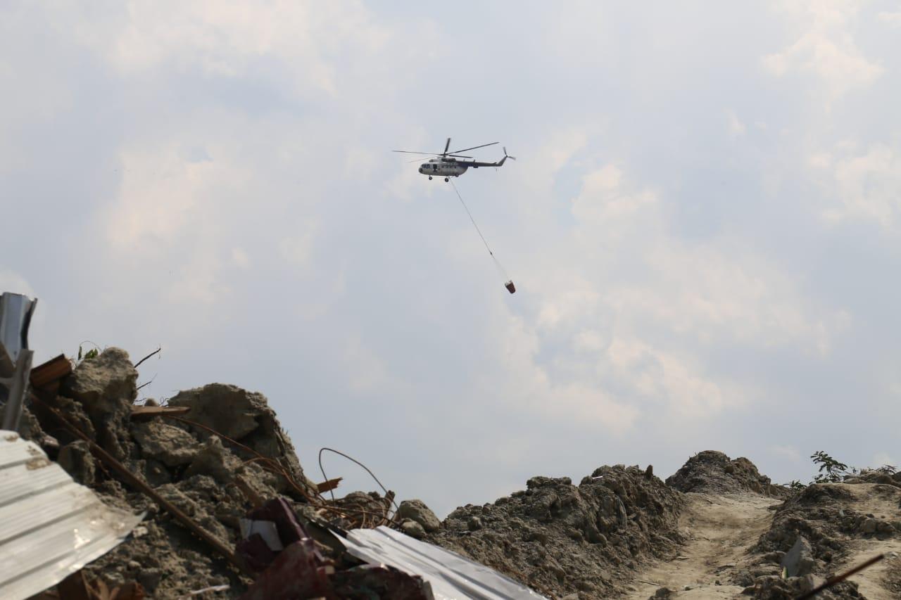 Heli MI-8 Lakukan Water-Bombing Wilayah Terdampak Likuifaksi Sulteng