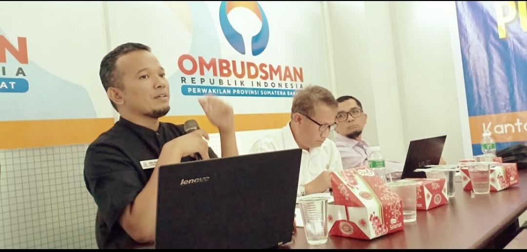 Plt Kepala Ombudsman Sumbar, Adel Wahidi saat diskusi pelayanan publik