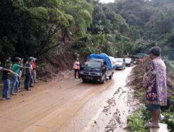 Sitinjau Lauik Longsor, Jalan Padang-Solok Sempat Terganggu
