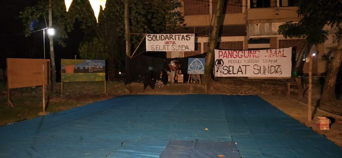 persiapan panggung amal untuk korban tsunami Banten dan Lampung, persembahan aktivis masyarakat mahasiswa Universitas Bung Hatta