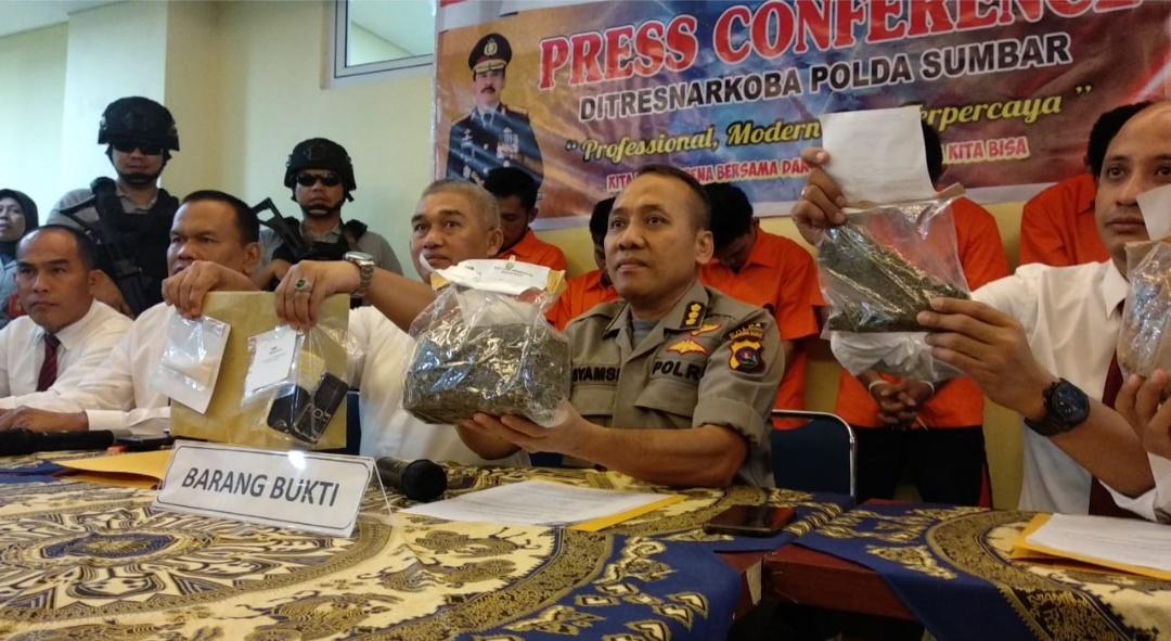 Kabid Humas Polda Sumbar memperlihatkan barang bukti narkoba yang disita dari jaringan pengedar yang baru ditangkap.