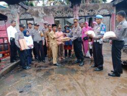 Kapolsek Tanjung Gadang Serahkan Bantuan Sembako Pada Korban Kebakaran