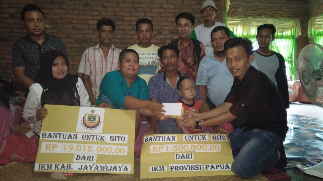 Mewakili IKM Kabupaten Jayawijaya, Debi Virnando menyerahkan bantuan