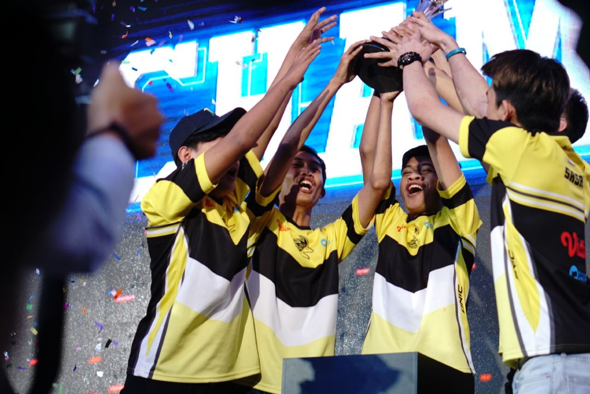 Dunia Games League & Dunia Games Campus League-1: ONIC ESport Juara pertama Dunia Games League yang mempertandingkan game Mobile Legends Bang Bang saat pengumuman juara yang berkompetisi dalam grand final Dunia Games League dan Dunia Games Campus League di Jakarta. Telkomsel melalui Dunia Games mengumumkan juara yang berkompetisi dalam grand final Dunia Games League dan Dunia Games Campus League di Dunia Games Esport Stadium, Jakarta.