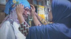 Para bundo dan emak-emak memakaikan tingkuluak kepada Edriana, caleg sekaligus jubir tim BPN Prabowo Sandi. Dokumenter : @edriana_kita