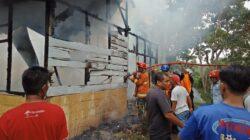 Masyarakat dan petugas pemadam kebakaran Kota Solok, Sumbar, bahu membahu memadamkan api yang menewaskan tiga balita, Jumat (22/3/2019).