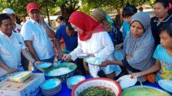 MAKAN BERSAMA : Edriana makan siang bersama masyarakat Pasie Nan Tigo, Kototangah, Padang, Sumbar usai sosialisasi, Minggu (24/3/2019)