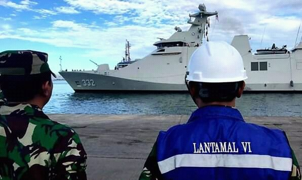 KRI I Gusti Ngurah Rai (332) standby di perairan Makassar dan empat kapal perang AL (Kal) Lantamal VI. Dispen Lantamal VI