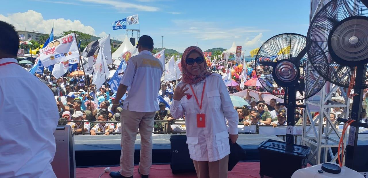 Jubir BPN Prabowo-Sandi, Edriana sekaligus Caleg DPR RI Sumbar 1 Nomor Urut 3, dipanggung area kampanye Capres Prabowo Subianto, di Danau Cimpago, Padang, Sumbar, Selasa (2/4/2019)