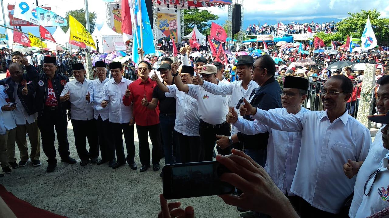 Sebanyak 12 kepala daerah hadiri konser jempolan Indonesia Maju sekaligus deklarasi dukung Capres dan Cawapres 01, Joko Widodo dan Ma'ruf Amin, di Danau Cimpago, Padang Barat, Kota Padang, Sumbar (9/4/2019)