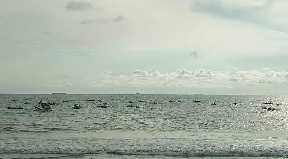 Kampanye terbuka Jokowi-Amin sekaligus konser Jempolan Indonesia Maju membentuk huruf Jokowi di dekat bibir pantai Padang, Selasa (9/4/2019)