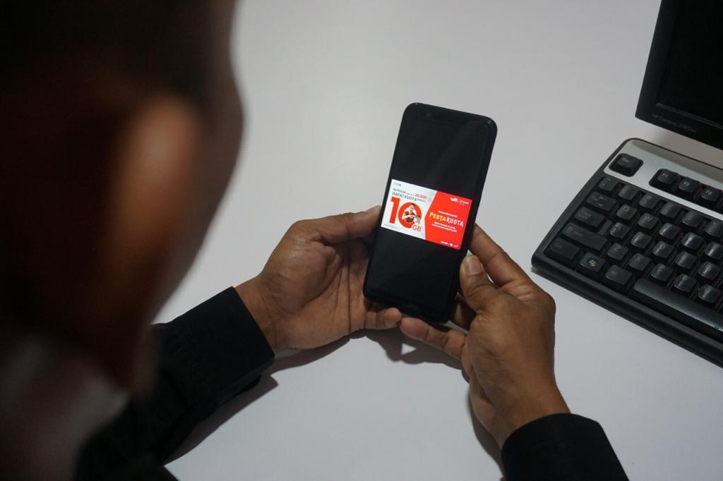 teks foto : Program Promo Pesta Kuota dari Telkomsel memberikan kesempatan kepada pelanggan untuk mendapatkan kuota hingga 10 GB dengan harga Rp10 melalui pengisian pulsa minimal Rp20.000 di reseller tradisional maupun modern. Ist