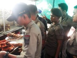 Buka di Siang Hari, Satpol PP Padang Tertibkan Warung Kelambu