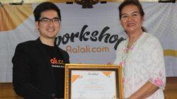 VP of City Expansion Ralali.com Carlo Lukman memberikan cendera mata kepada salah seorang pembicara UMKM Padang, Christine Hakim saat Workshop Kuliner Ralali.com di Padang, Jumat 31 Julu 2019. Foto : Istimewa