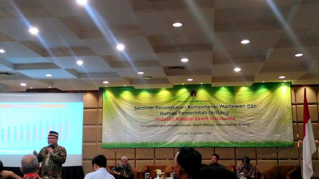 Seminar Peningkatan Kompetensi Wartawan dan Humas Pemerintah tentang industri kelapa sawit Indonesia, di salah satu hotel di Padang, Sumatera Barat. (Dok Kabar Sumbar)