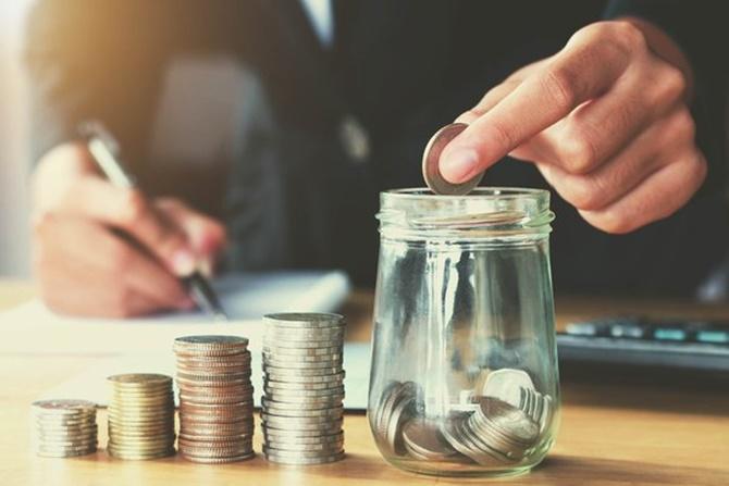 Ilustrasi mengambil tabungan untuk modal bisnis. (US News Money)