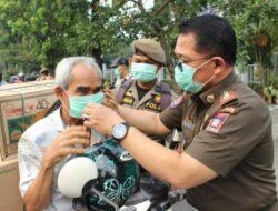 Satpol PP Padang Bagikan 1.500 Masker ke Pengendara Motor
