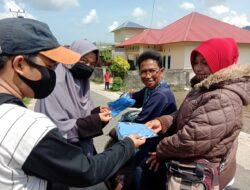 New Normal, Relawan Covid-19 UNRI Bagikan Masker di Pesisir Selatan