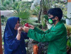Mahasiswa KKN Unitas Bagikan Masker ke UMKM Tanaman Bunga Koto Tangah