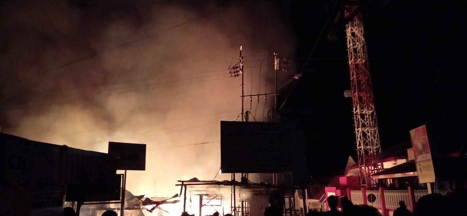 Kebakaran di kawasan Simpang Empat, Danau Maninjau, Kabupaten Agam, Jumat 18 September 2020 malam. Foto : Cantika Riski