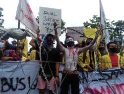Walau Hujan Mengguyur, Ribuan Aksi Demo Tidak Patah Semangat