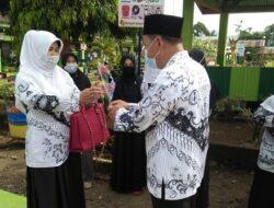 Motivasi Guru, Disdikbud Pasbar Kunjungi Sekolah Hadiahi Bunga
