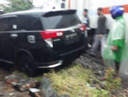 Akibat Hujan Deras Hari ini, Kereta Kembali Tabrak Mobil di Pariaman