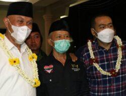 Tibanya di Padang, Mahyeldi-Audy Disambut dengan Kalungan Bunga