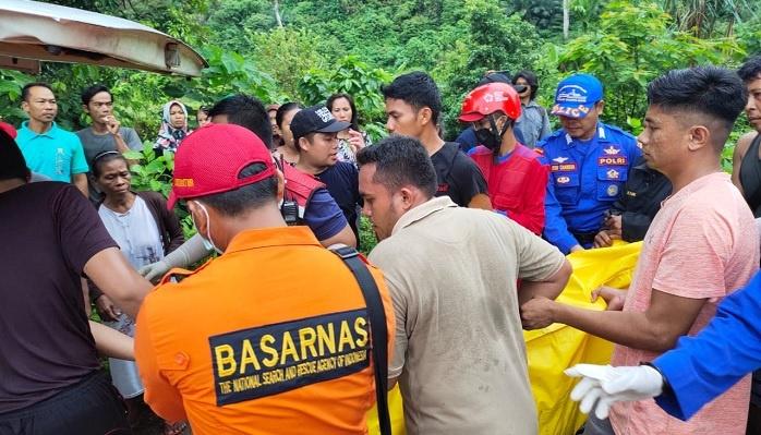 Penemuan korban terakhir, Della Sriyuli, tiga mahasiswa UNP yang hanyut terseret air bah di Air Terjun Lubuk Hitam, Padang. Foto : Istimewa