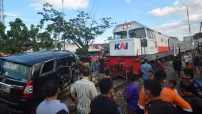 Kereta Api Sibinuang Hantam Minibus