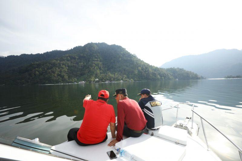 Bupati Agam Andri Warman saat meninjau kondisi Danau Maninjau menggunakan speed boat pada Minggu 13 Juni 2021 kemarin. Foto : Istimewa