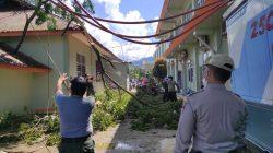 Pohon Tumbang Meninpa Sebuah Bangunan di RSUD dr. Rasidin Padang
