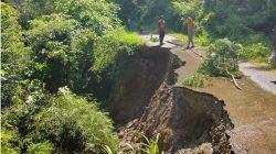 Diguyur Hujan Deras, Jalan Alternatif Balaitangah-Batusangkar Amblas Tak Bisa Dilewati