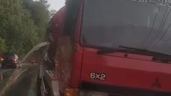 Truk Tangki Pertamina Bocor, BBM Tumpah di Jalan