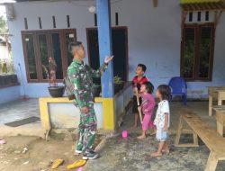 Sebelum Berpisah, Satgas TMMD Regtas Ke 111 Kodim 1202/Skw Menyempatkan Diri Bercanda dengan Anak-Anak.