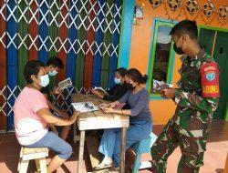 Babinsa Koramil 04/Sls Membaca Buku bersama warga Desa Sentangau Jaya