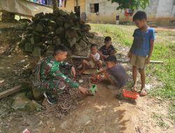 Anggota Satgas Bermain Bersama Anak-anak Di Desa Sentangau Jaya