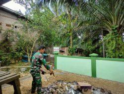 Satgas TMMD Regtas Ke-111 kodim 1202/Singkawang Bersihkan Halaman Pustu Desa Sentangau Jaya