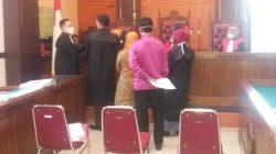 Terdakwa Afrida Noerita (38) yang merupakan mantan Bendahara Nagari Salo, saat menjalani sidang