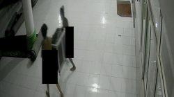 Aksi 2 Pria Viral, Curi Kotak Amal Masjid Tanpa Busana Terekam CCTV